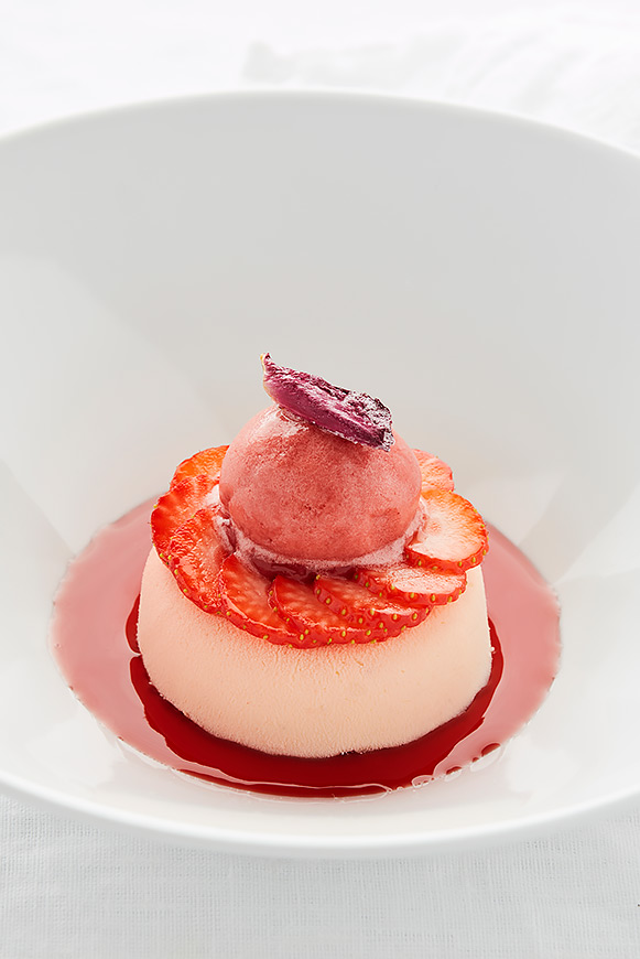 A recipe by Castor – Maarten Bouckaert: 'Ciflorette' strawberries – white chocolate – a rose – champagne
